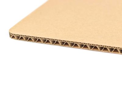 Петпластов вълнообразен картон – тип С/Е вълна с кафяв лицев слой.