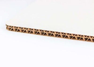 Петпластов вълнообразен картон – тип С/В вълна с бял лицев слой.